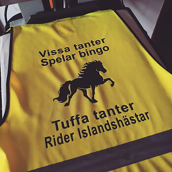 Reflexväst gul  med texten  Vissa  ............. Spelar bingo  Riktiga ............ Rider Islandshäst
