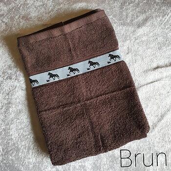 Handduk Brun med islandshästar  50 x 70 cm, tillval Namnbrodyr