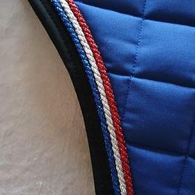 NR 233  Blå / 3  snoddar, röd, silver blå metall / Kant svart Islands vojlock för brodyr