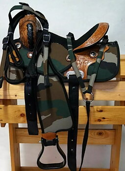 """Westernsadel i syntet, Camouflage. 13"""" Inklusive träns och brösta"""