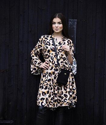 Klänning med leopardprint