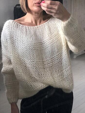 Hålstickad tröja i oversized modell - Offwhite