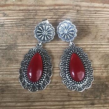 Örhänge med röd sten