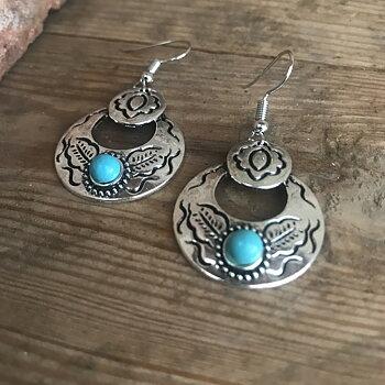 Örhänge silverfärgade med turkosa stenar och mönster