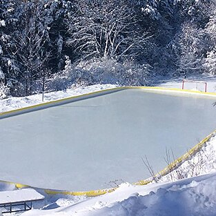 DISCOUNTED ICE RINK WITH SIMPLE BOARDS