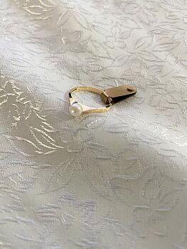 Ring i 18 karat guld  med äkta odlad pärla. St 17. 1981