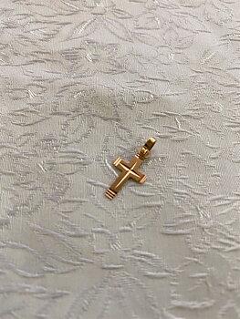 Kors i 18 karat guld. Matt och blankt mönster. 20mm