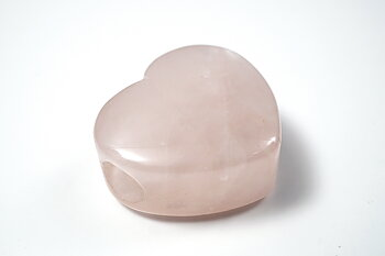 Hjärta i rosenkvarts ca. 28x28x15 mm, hål ca. 8 mm