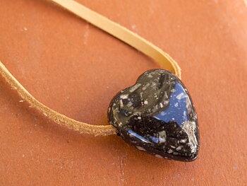 Hjärta i Porfyr ca. 25mm hål ca. 3,5mm