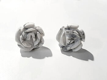 Skulpterade rosor i howlit, örstick 925-silver