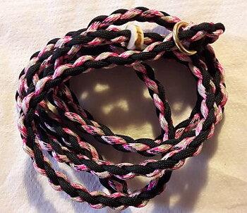 Handflätat Retrieverkoppel med hornstopp och gjuten mässingsring. Svart/rosa