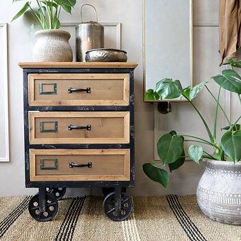 Byrå på hjul  i trä och järn - Chic Antique