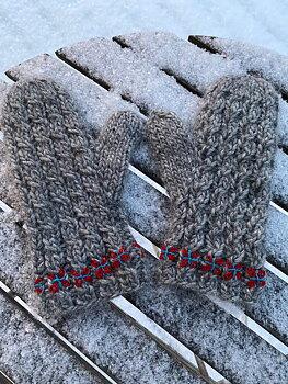 Vintertid New -ullvantar med flätor och broderi i Lovikkagarn - stick-kit