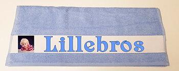 Håndhåndkle  100 x 50 cm lyseblått  med eget motiv og tekst.