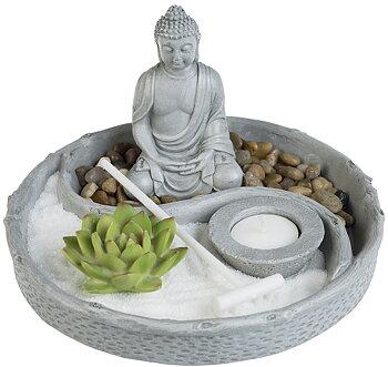 Buddha Zen garden med vit sand och dekorationer.