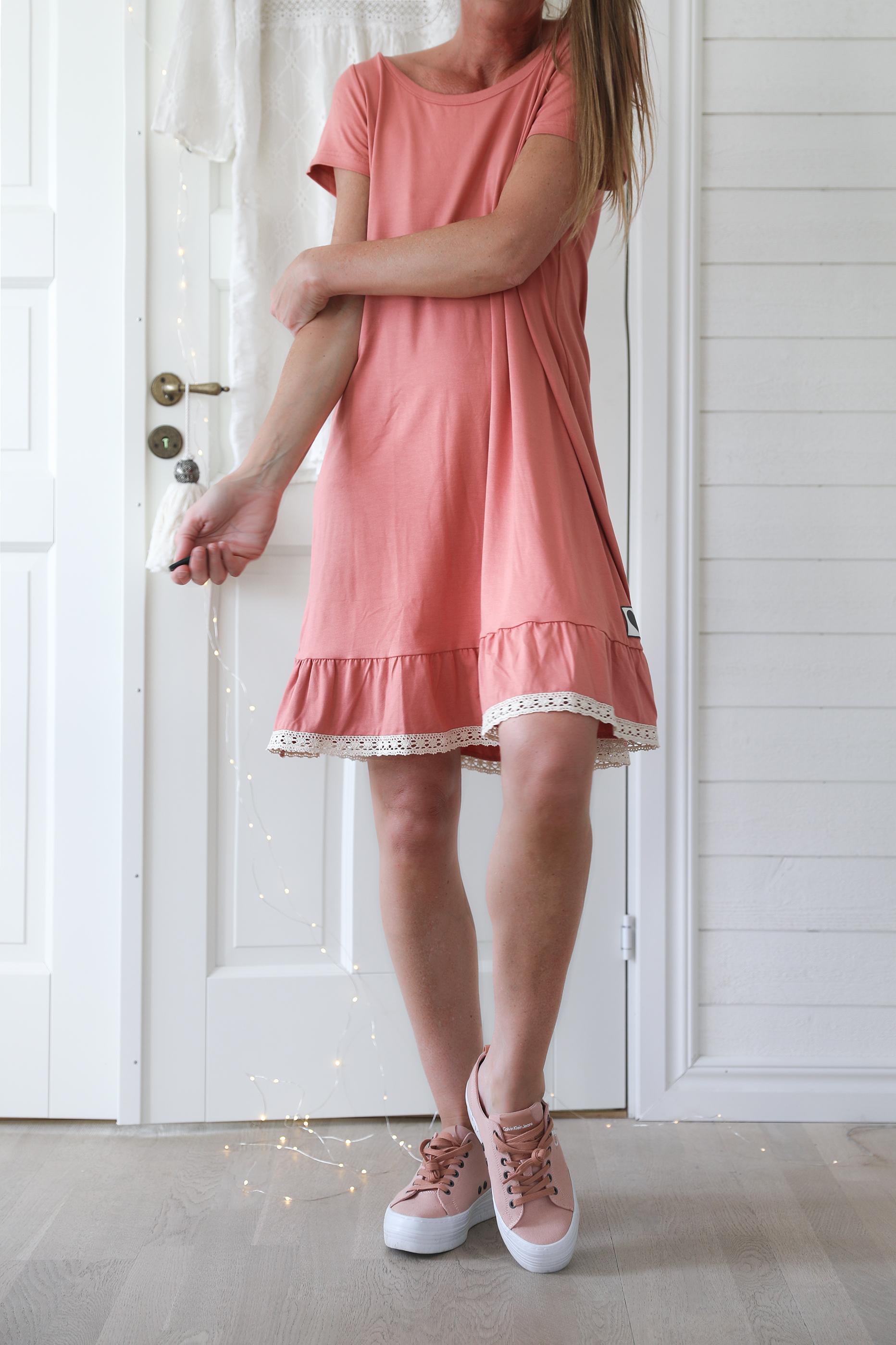Blooming Malva klänning rosig persika Bloomingshop.se