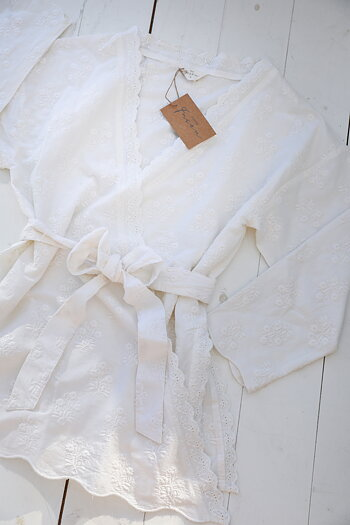 Jeanne d`Arc Living - Embroidered romantic white kimono