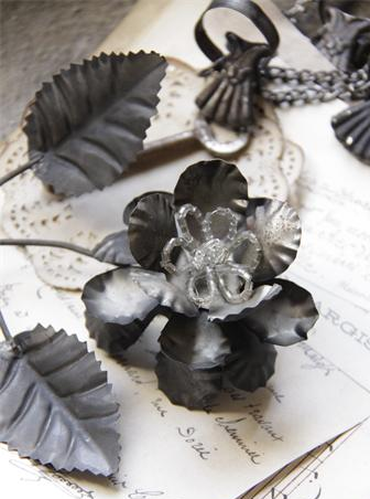 Roskvist blomma antik-behandlad plåt Jeanne d´Arc Living shabby chic lantlig stil
