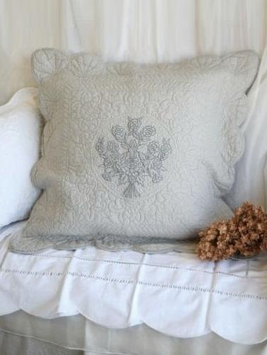 Kuddfodral ljusgrå vågad kant vackert quilt mönster broderi shabby chic lantlig stil