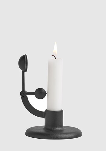 Self-extinguishing candlestick, Moment