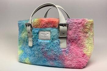 Sargväska i päls - två färgställningar