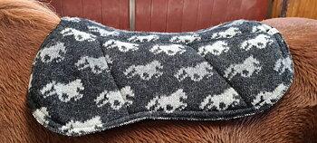 KIDKA sadelpad av 100% isländsk ull, svart med hästar