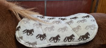 KIDKA sadelpad av 100% isländsk ull, beige med hästar