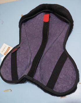 Horsedream®  fårskinnssits / rumpvärmare (engelska sadlar), mörkbrun