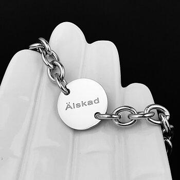 """Klassiskt Armband """"Älskad"""" rund bricka"""