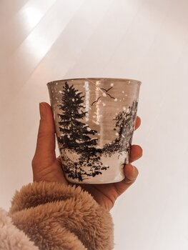 Drejad och Handmålad Mugg i Keramik med Vintermotiv