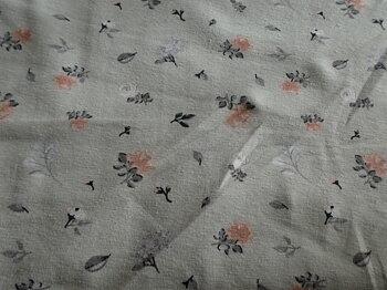 blekgrön botten med små blommor i rosa,grå och vita toner