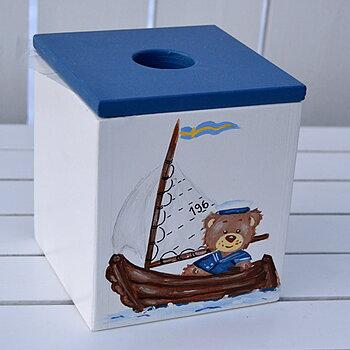 """Vit nappburk med motivet """"nalle i segelbåt"""",marinblå lock"""