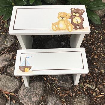 """Vit trappstegspall med  """"Leksaksnallar"""" i beige/bruna nyanser"""
