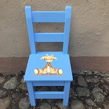 """Blå stol med ribbor med motivet """" giraff"""" i beige/bruna nyanser"""