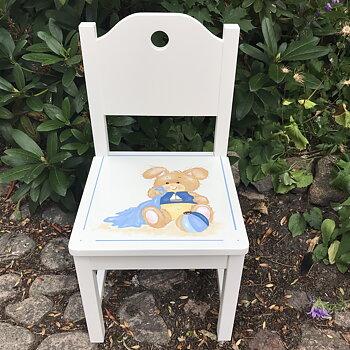 "Vit barnstol med helrygg  m hål och motivet ""Kanin med snuttefilt"" i blå nyanserr"
