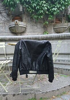 Reflexbrosch som du kan sätta på jackan svart från Glimbling hos Jemasmix