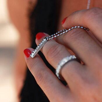 Strass halsband med gravyr Älskad mamma i silver / stål - vackert mamma halsband till mors dag | C Stockholm personliga smycken och presenttips till mamma - närbild på text