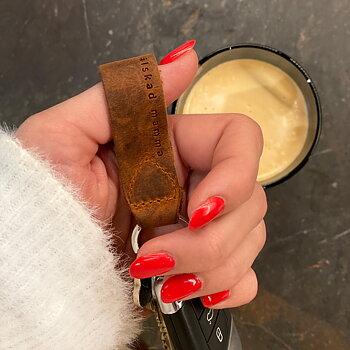 Personlig nyckelring i läder med text älskad mamma - Present till mors dag | C Stockholm presenttips och julklappstips online - nyckelknippa med gravyr
