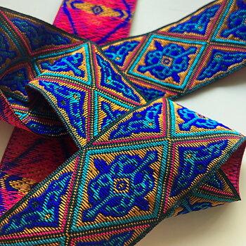 Mönstrat brett band i starka färger etnisk stil