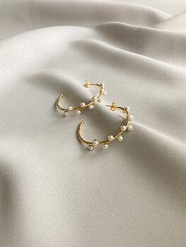 Pearl hoop ear gold 1 699 SEK