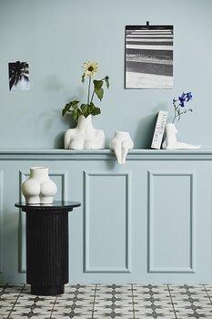 AVAJI sitting full body, vase, white