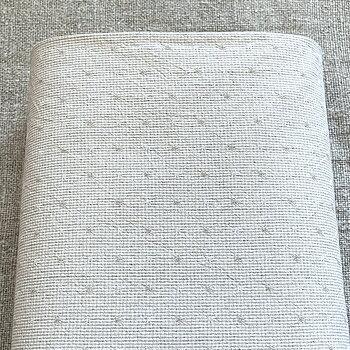 Japanskt tyg Sakizome Momen OL107A. Smårutigt med en liten större ruta i beige nyans. Halva tygrullen i bild.