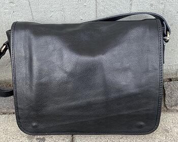 Väska i naturgarvat skinn från Italien, 33x28x8 cm, svart