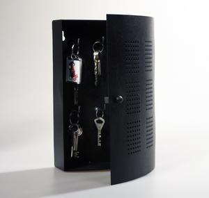 Nyckelskåp i svart smide.