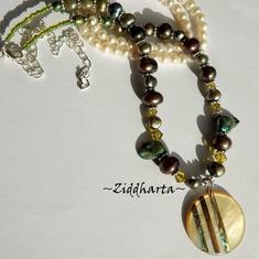 L6:177 - PAUA Striped Coin - Pendant / hänge / charms /berlock Dark Green Lime Sötvattenspärlor Freshwaterpearls Beads / glaspärlor: Necklace / Halsband