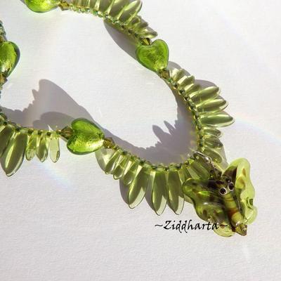 L6:178 - AppleGreen Butterfly / Fjärils LW - Handblåst Lamp Work Hänge Pendant Swarovski Crystals Gräsgröna / Äppelgrönt Silverfoil LW Hearts / Hjärtan Beads / glaspärlor Glas spjut Miyukis Helix DNA- pärlat smyckesrep: Necklace / Halsband