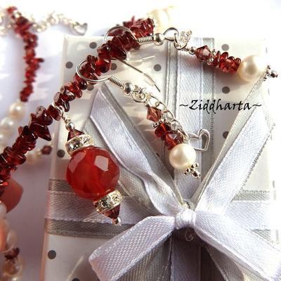 L1:10 OOAK  SET Halsband, armband & Örhängen: Granater med vita sötvattenspärlor och Swarovski Crystals - SET Necklace Bracelet Earrings OOAK - Garnet Gems White Freshwaterpearls Swarovski Crystals - Handmade Jewelry and Beadings by Ziddharta