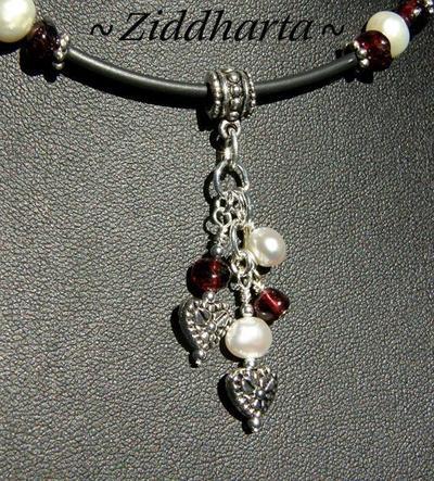 L2:55 Red Garnet - LYXIGT Halsband med blod röda granater vita sötvattenspärlor och fina detaljer i antiksilver finish
