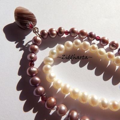 L3:103 Lavendel BANDED Agate & Garnet Gem stone Beads Necklace - Lavendel Freshwater Pearls: Halsband med Granat pärlor och Agat-hänge