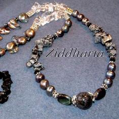 L3:88 FalkÖga: Silverfärgade sötvattenspärlor Bergkristall Swarovski kristaller - Halsband / Necklace